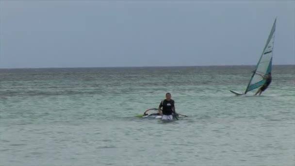 Windsurfisti nuota nelloceano