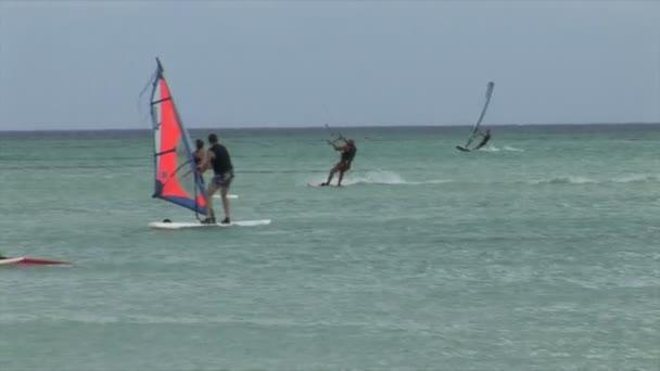 Surfisti in acqua delloceano
