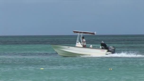 Barca di velocità nuota nelloceano