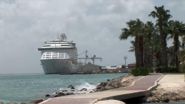 Nave da crociera nelloceano su Aruba