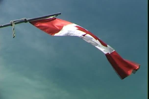 Kanadská vlajka na nebesky modré pozadí