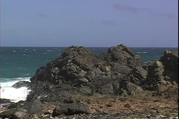 Industriali di onde sulla roccia