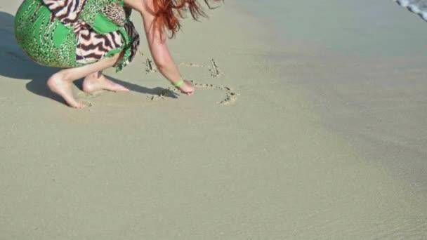 Mladá žena napsat, že tě miluji moře písku
