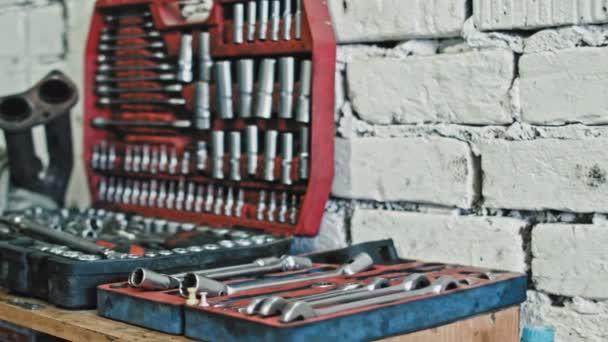Nástrojů pro auto opravy na vozidle čerpací stanice