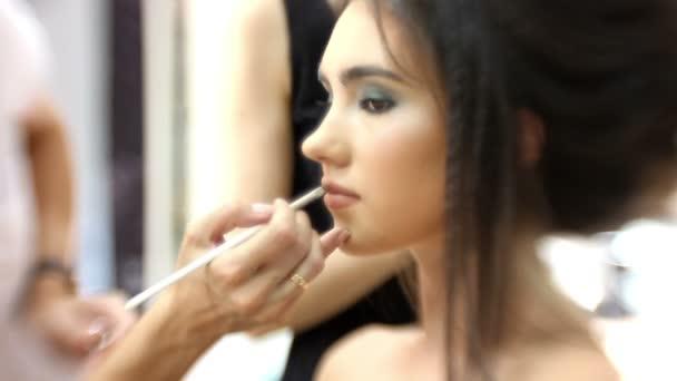 Smink művész teszi vonzó lány gyönyörű smink, fodrász teszi frizura: munka, az ajkak
