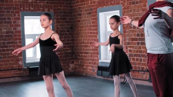Baletní tanec - dvě baletky na tréninku s trenérem