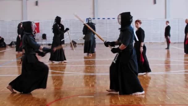 RUSSLAND, KAZAN 24-04-2021: Kendo-Turnier - zwei Männer prügeln sich aggressiv auf Bambusstäben und der Richter beobachtet sie