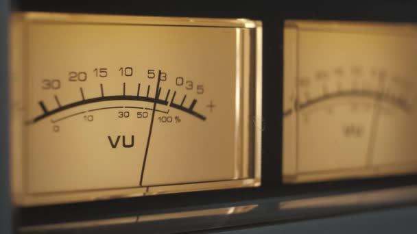 Audio jel szintek ellenőrzése audio konzol klasszikus hangerősítő. Közelkép analóg jeljelző nyíllal