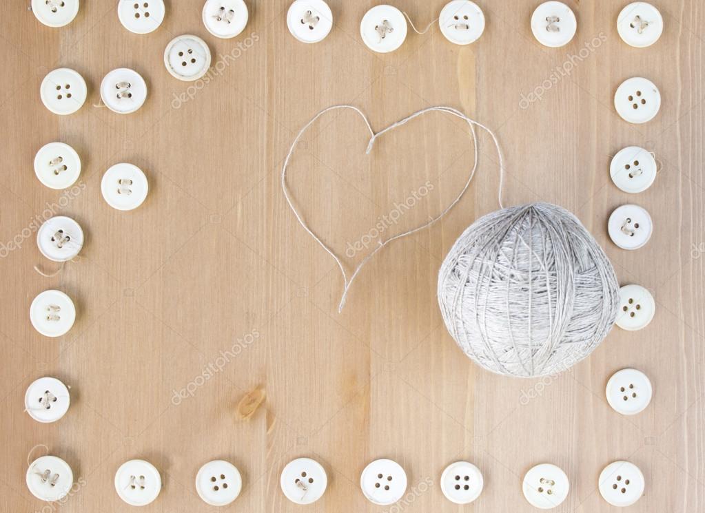 Marco de botones de costura vintage y bola de corazón lino en forma ...