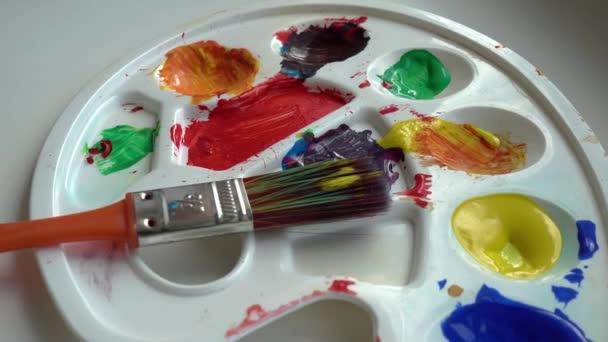 Ručně míchejte akvarely se štětcem na bílé paletě. Zavřít