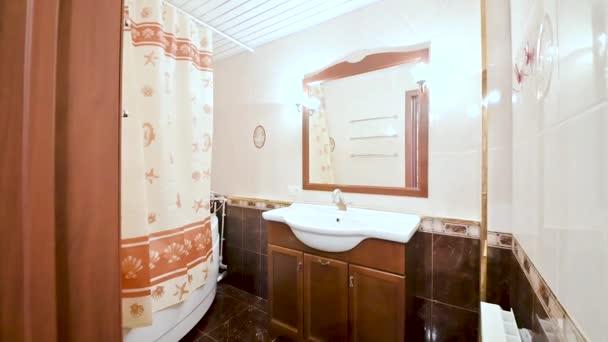 Oroszország, Moszkva - április 15, 2020: belső szoba apartman modern világos hangulatú. általános takarítás, dekoráció, családi ház elkészítése, modern fürdőszoba, mosogató, dekorációs elemek, WC