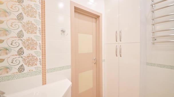 Rusko, Moscow- 15. dubna 2020: interiér pokoje byt moderní světlé útulné atmosféře. generální úklid, bytová výzdoba, příprava domu na prodej, moderní koupelna, umyvadlo, dekorační prvky, WC