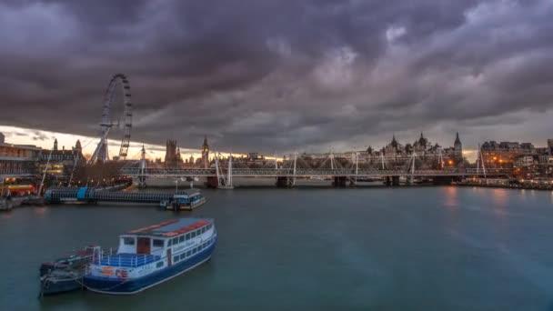 Londýnské panorama při západu slunce