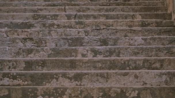 Steintreppe der Villa in Italien