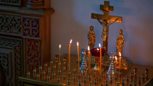 hořící svíčky před oltářem v kostele