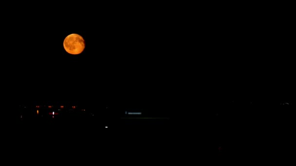 velký měsíc nad městem, noc
