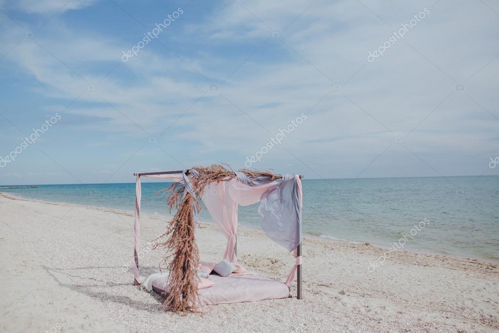 Bett Am Strand Unter Einer Markise Stockfoto C Gartmanart 121992158