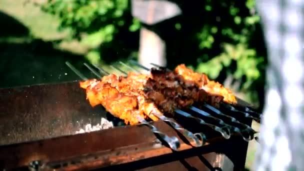 A folyamat a főzés finom barbecue egy nyílt tűz a természetben. Közelkép a sütés egy finom étel a barbecue. Utcai kaja. Sertés a tűzön. Piknik idő barátokkal és családi koncepcióval.
