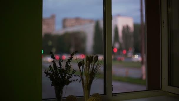 Okna nabízejí výhled na ulici města
