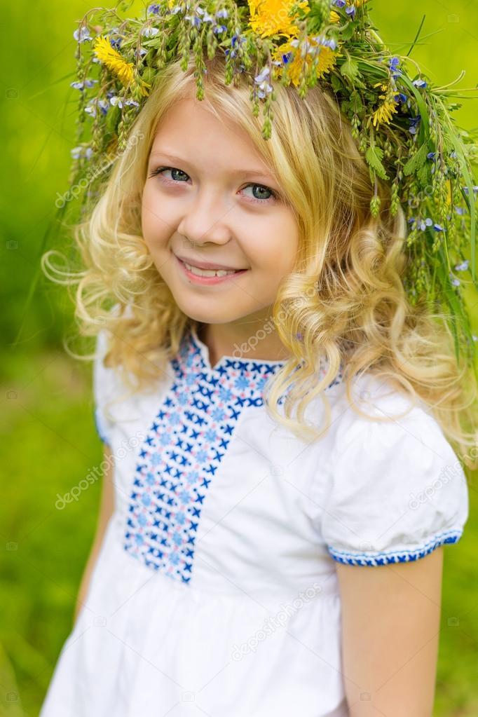 блондинка в осеннем парке фото