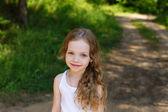 portrét krásné mladé dívky s dlouhými vlasy
