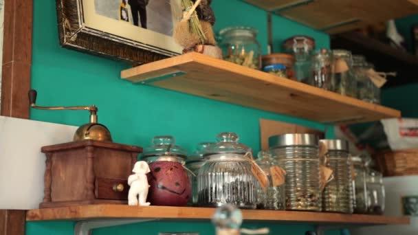 Staré retro kuchyňské police s kořením