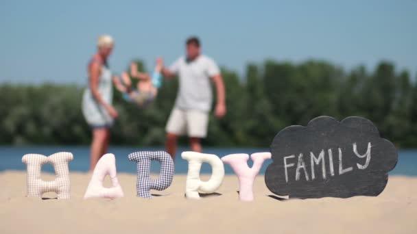 Rozmazané pozadí rodiny hrát na pláži