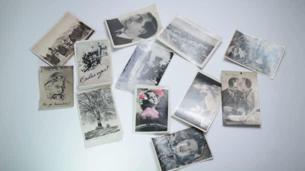 Černé a bílé fotografie vane od stolu