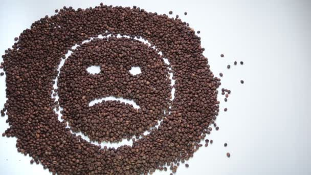 Smutný smajlík ze zrnkové kávy stává šťastný