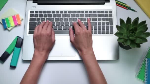Womans kezében laptop billentyűzet gépelés