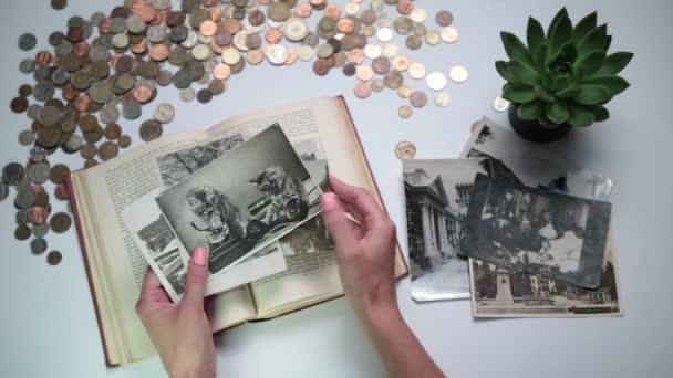 Ženy při pohledu na staré fotky na stole