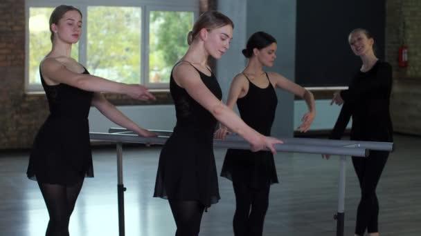 Kecses balerinák a balettkorláton