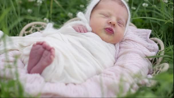 novorozené dítě spí