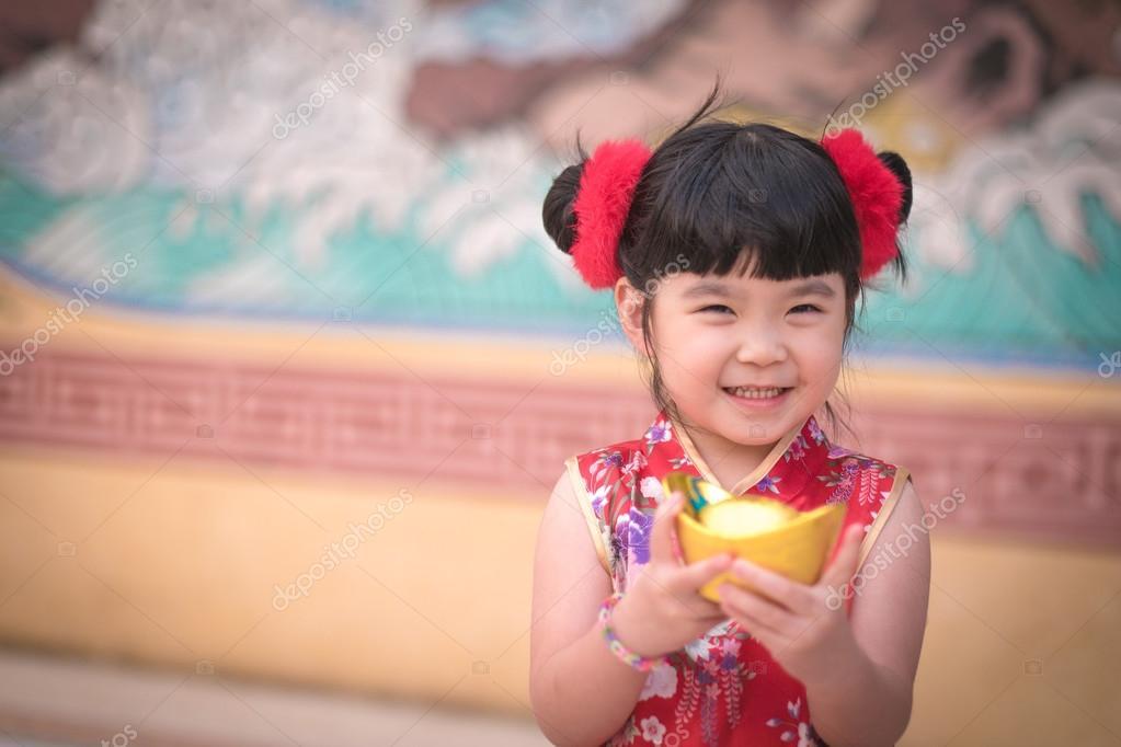 Vestido de niña China tradicional chino saludo, con un oro — Foto de ...