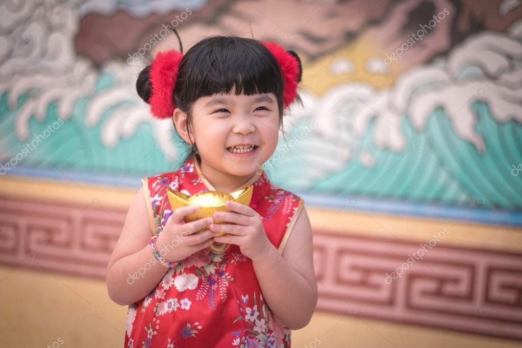 Vestido de niña China tradicional chino saludo, con un oro — Fotos ...