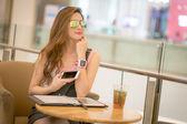 Mládí a technologie. Ohromen mladá žena s smartwatch pomocí m