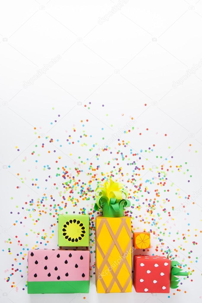 Geschenke in farbigem Papier eingewickelt. Geschenke wie Früchte ...