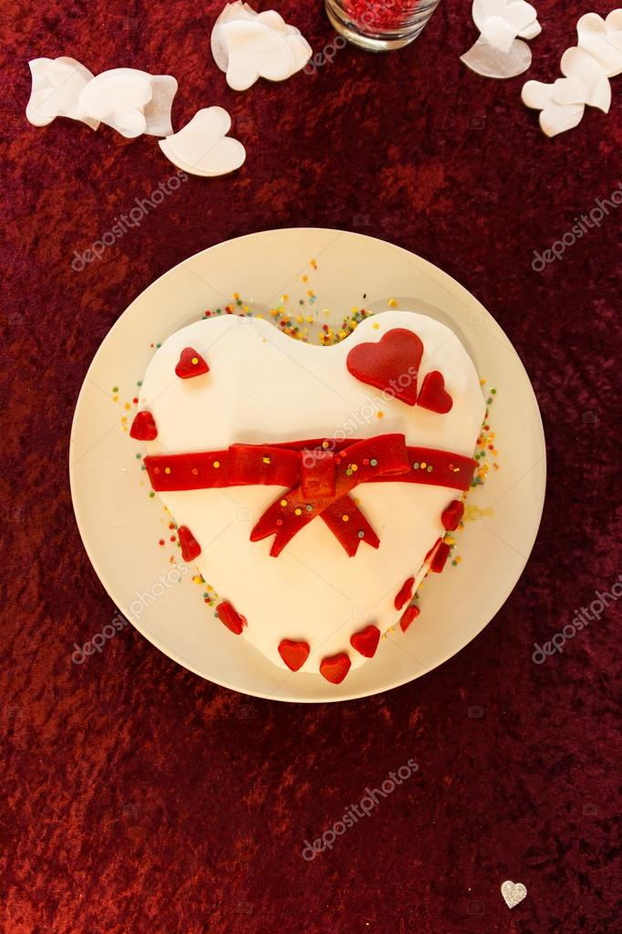 White and Red Bow Heart Shape Cake Wedding Felt Table — Stock Photo ...