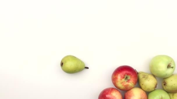 jablka a hrušky na bílém pozadí