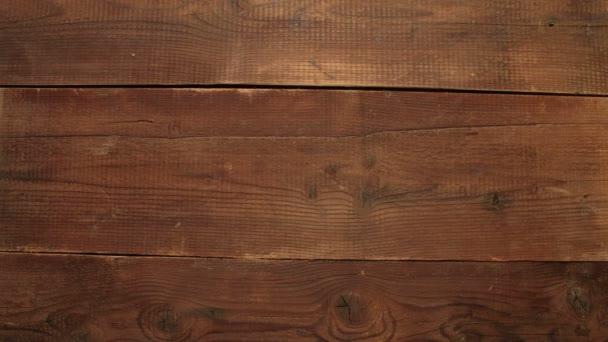barevné tužky na dřevěné pozadí