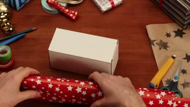 balící vánoční dárky