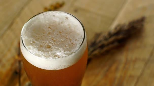 Borostyán búzasör söröspohárban a fa asztalon