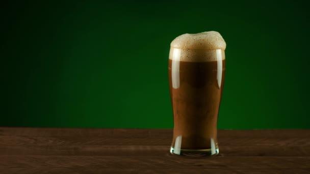 Dunkles Porter-Bier verschüttet