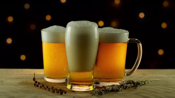 3 szemüveg sör öntés rusztikus fa asztal