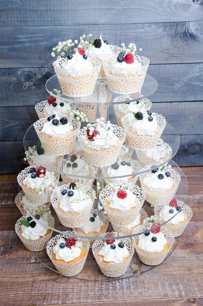 Hochzeit Mit Frischkase Cupcake Set Mit Beeren Stockfoto