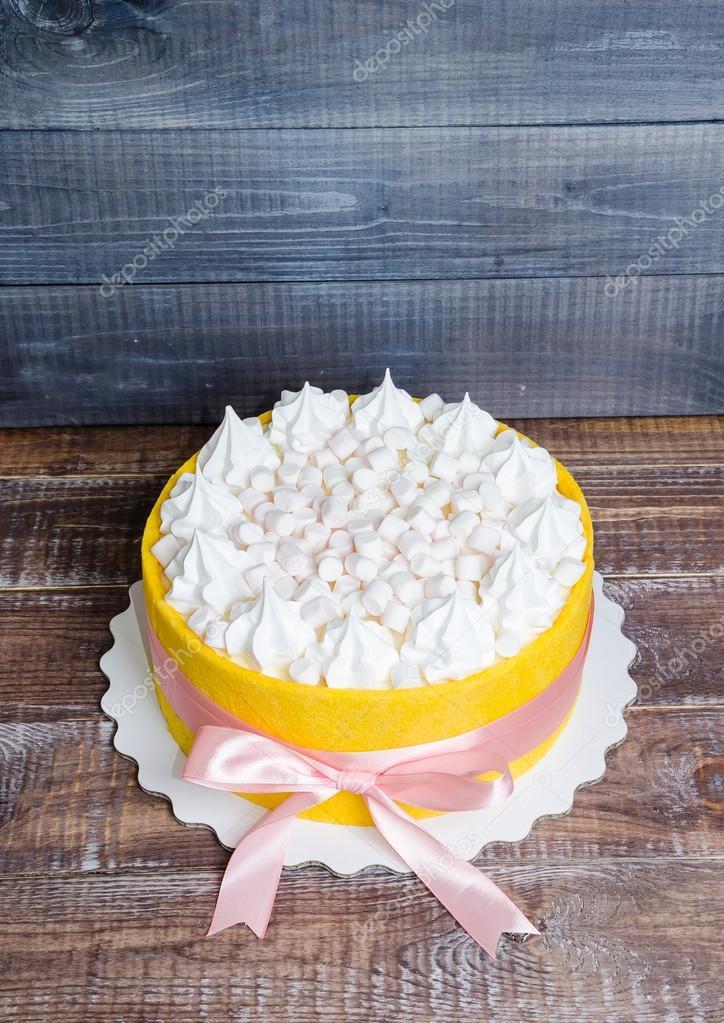 Kuchen In Einen Gelben Keks Mit Vanille Merengue Und Mars Gerollt
