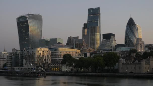 Londýn/Velká Británie 6. září 2015 - Pan z lodi řeky Temže Tower Bridge a světového obchodního centra. O jasného podzimního rána se zlatým světlem a v 4k