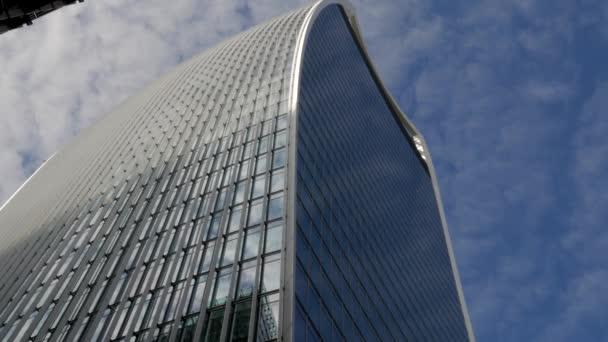 Londýn/Velká Británie 6th září 2015 - Shot, díval se na 20 Fenchurch Street, mrakodrap, známé jako Walkie Talkie v Londýně. Střílel na slunečné ráno v 4k s obláčky na nebi