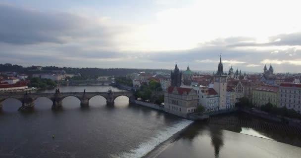 Letecký pan z Karlova mostu na pražské panorama.