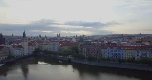 Drone camera sleduje bokem přes pražské panorama.